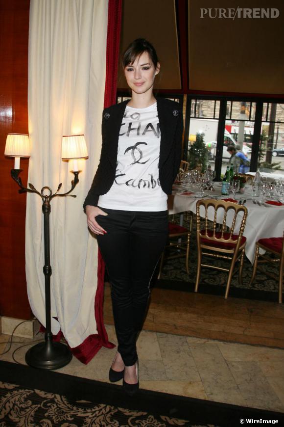 La Française Louise Bourgoin s'attaque aussi à la mode logo avec la maison Chanel et son t-shirt graffiti.