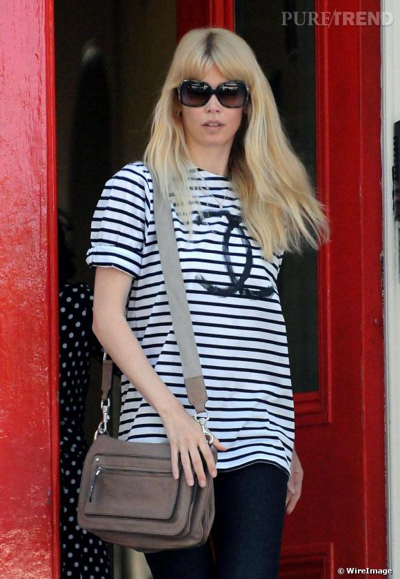 Claudia Schiffer succombe à la mode marinière mais en Chanel s'il vous plait.