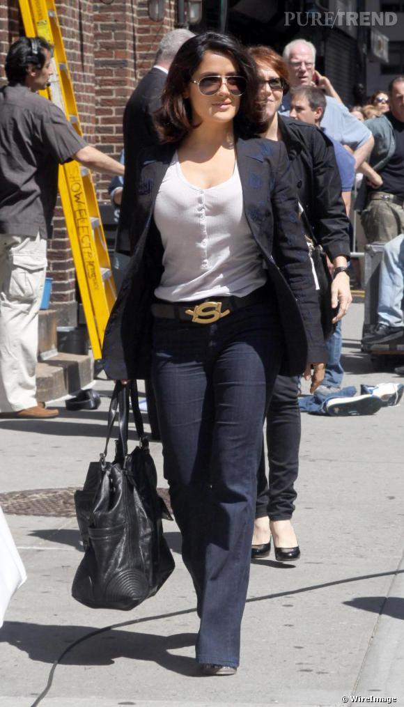 La Mexicaine Salma Hayek craque pour le logo de luxe avec une ceinture Yves Saint Laurent. Pas si discret que ça.