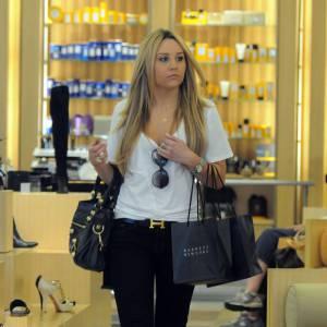 Amanda Bynes est une vraie fashionista. En pleine séance de shopping elle adopte le City Giant de Balenciaga et la ceinture dorée Hermès.