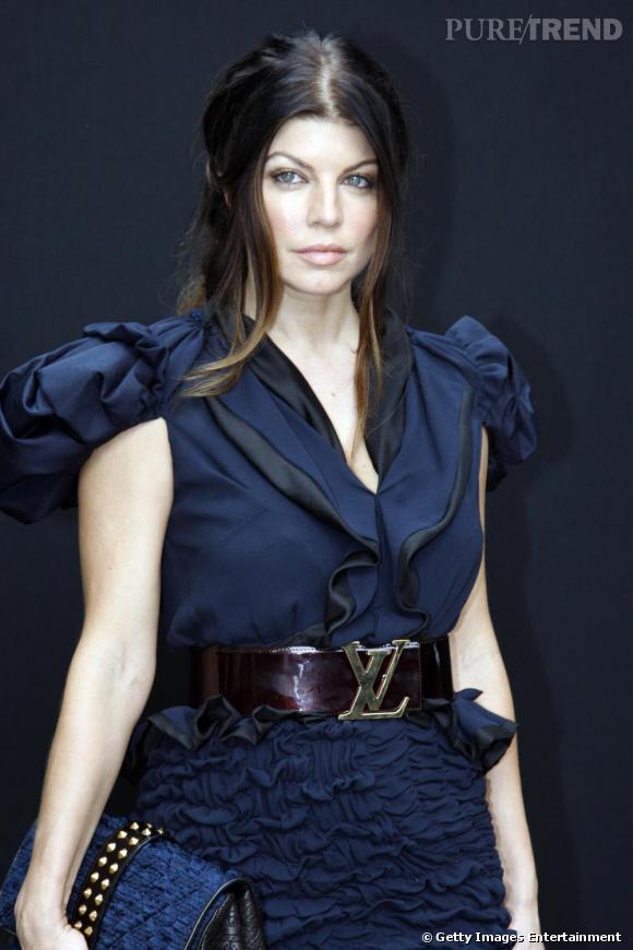 Fergie opte pour une tenue ultra couture la taille haute marquée par une ceinture Vuitton, sublime.