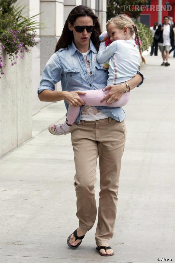 Jeune maman, Jennifer Garner aime les looks casual pour s'occuper de sa fille. La tong fait partie de ses modèles favoris.