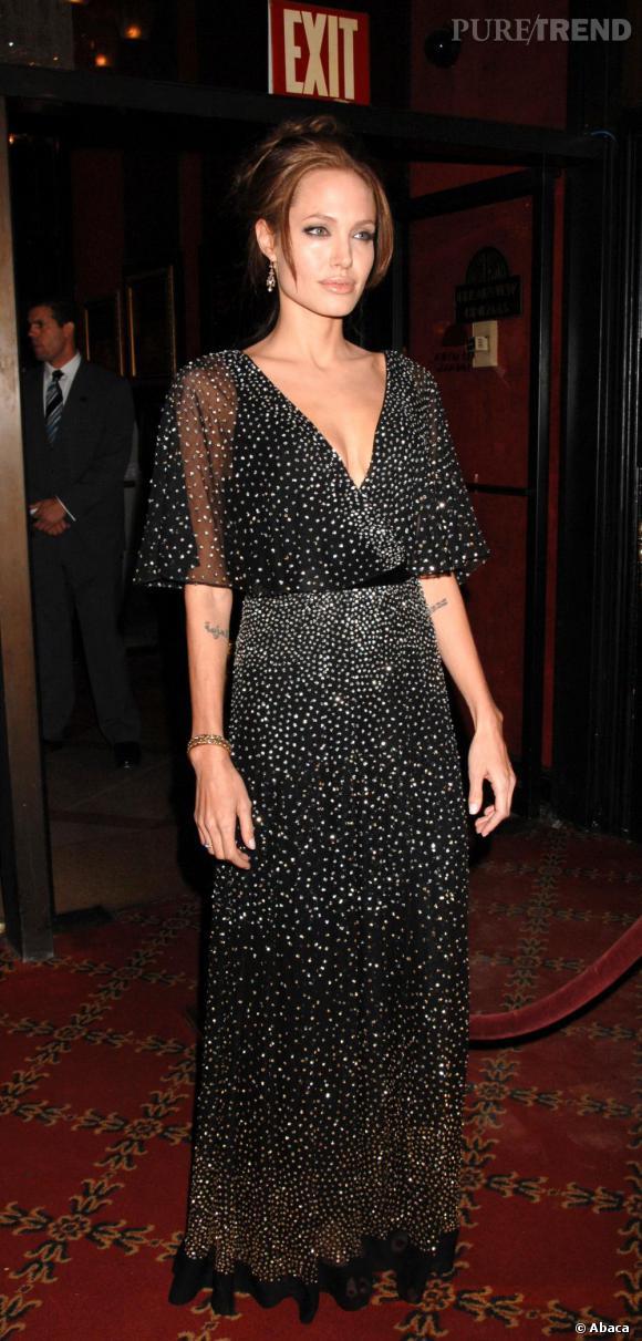Angelina Jolie choisit un modèle entièrement parsemé de strass dans un style nuit étoilée.