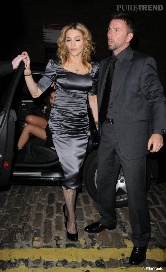 Madonna à Londres joue les mama italiennes en Dolce & Gabbana.