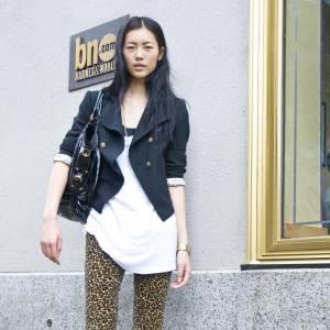 Le top Liu Wen portant un legging imprimé léopard.