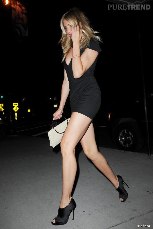 Cameron Diaz à New York mise sur une petite robe noire courte et très sexy.
