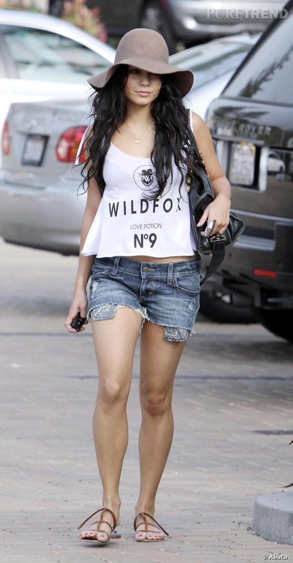 Vanessa Hudgens suit le mouvement de son amie Ashley Tisdale et opte pour le destroy de luxe un rien bohème avec une large capeline et un sac Balenciaga.