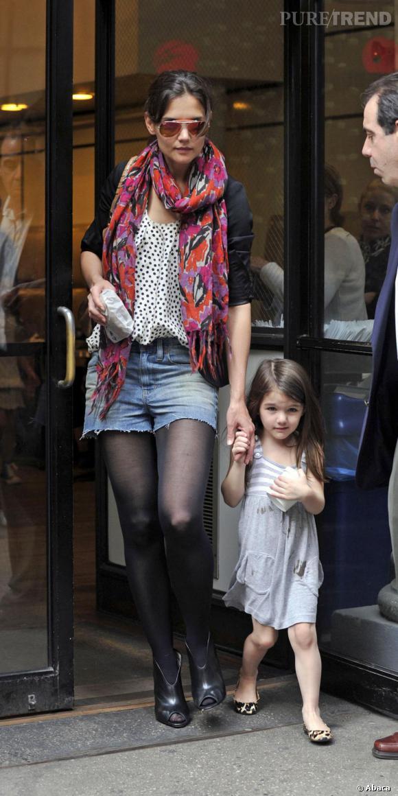 Katie Holmes adopte la tendance destroy mais avec classe avec une paire d'ankle boots peep toe et des collants.