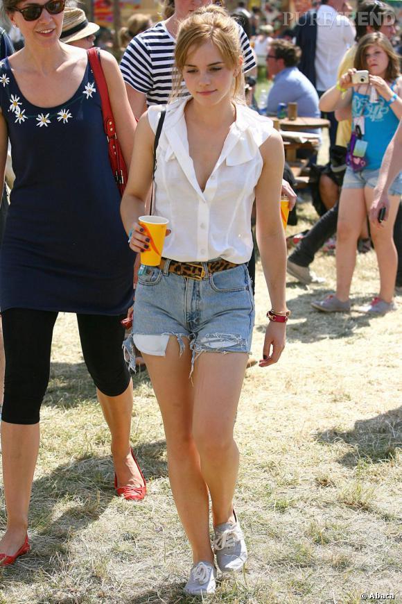La douce Emma Watson choisit le short vintage destroy pour un look de festival parfait à Glastonbury. Trendy et totalement stylé !