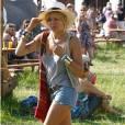 Passage obligé pour un look de festival, le shorty déchiré que Sienna Miller choisit très court mixé avec des bottines à lacets et des accessoires ethniques.
