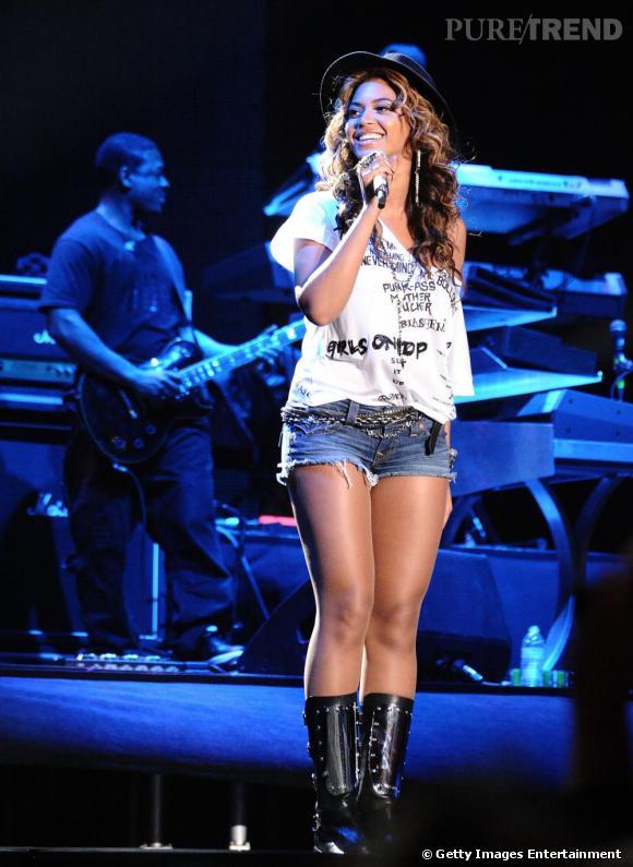 Beyoncé met en valeur ses formes avec un short aux bords effilochés même sur scène.