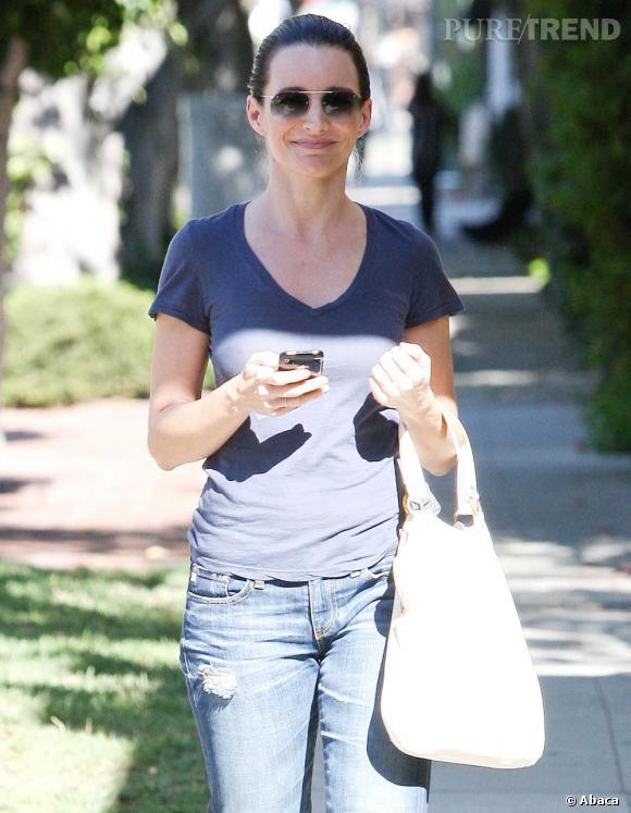 Même avec un look décontracté, Kristen n'oublie pas l'importance des accessoires avec une paire de lunettes Aviator et un sac Yves Saint Laurent.