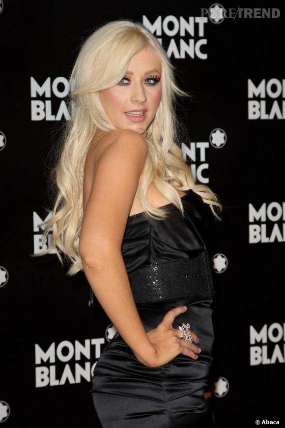 Boucles glamour et regard langoureux : Christina Aguilera joue les bimbos.