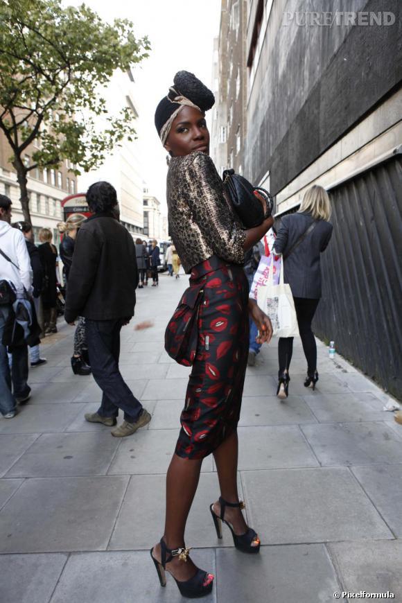 Les looks de la Fashion Week londonienne L'enturbannée : Sorte de Catherine Baba version british, elle revisite le turban sikh à la sauce fashion. Côté vêtements, il faut que ça brille : veste en croco et jupe imprimée de motifs bouches façon Sonia Rykiel. Ce qu'on aime : L'allure longiligne, le faux-cul et le vernis bicolore aux pieds.
