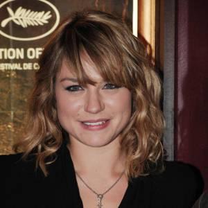 Ondulations et frange épaisse, Emilie Dequenne mise sur le naturel. Une coiffure qui lui réussit.