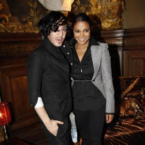 Janet Jackson pose avec John Galliano lors de la présentation de sa collection.