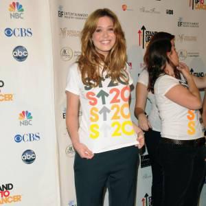 Mandy Moore opte pour le modele bleu marine. Elle rehausse la couleur du pantalon avec un tee-shirt coloré.