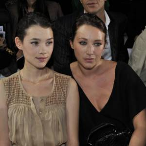 Astrid Berges-Frisbey aux côtés de Laura Smet au défilé Chloé.