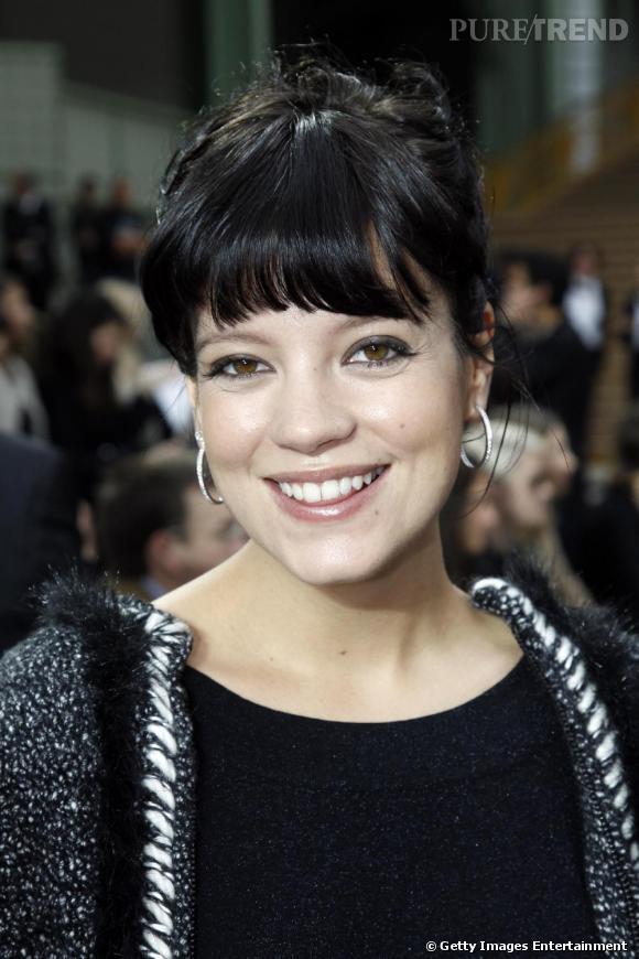 Future maman rayonnante, Lilly Allen était présente pour assister au défilé Chanel.