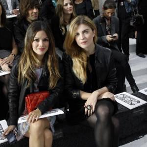 Rachel Bilson et Cecile Cassel copinent en attendant le défilé Chanel.