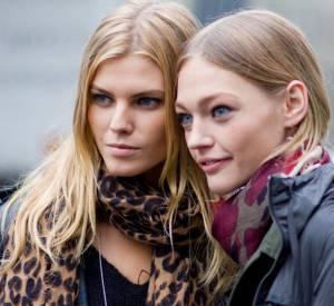 Les meilleurs looks de la Fashion Week parisienne : Maryna Linchuk et Sasha Pivovarova  Ce qu'on aime : leurs looks frais. Ce qu'on leur pique : leurs pashminas imprimés.