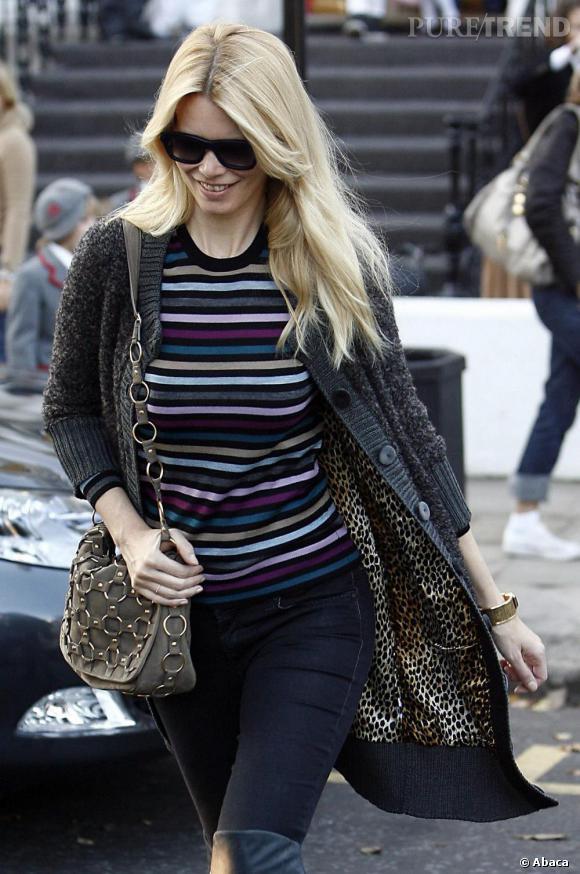 Plus minimaliste, Claudia Schiffer choisit d'adopter la tendance en petite touche avec un sac en bandoulière.