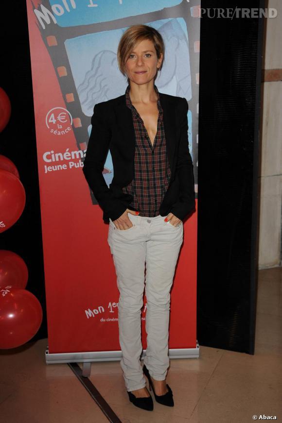 Juchée sur des escarpins Isabel Marant, l'actrice adopte un look un rien masculin mais qu'elle prend soin de féminiser.