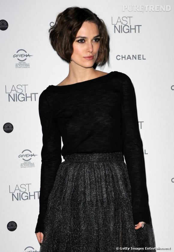 Un rien dark mais sauvée par les détails argentés de la robe, le look de Keira est parfait.
