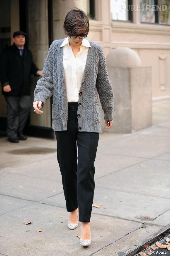 Katie Holmes reprend la tendance Marilyn Monroe qu'elle mixe parfaitement avec le style Jackie O., rehaussée d'un cardigan et de lunettes de soleil.