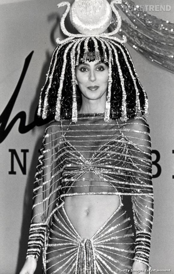 Bob Mackie a encore frappé ! Fantasmée en Cléopâtre par le créateur, Cher fait une apparition toute de strass vêtue pour l'Halloween Party de ce cher Bob.