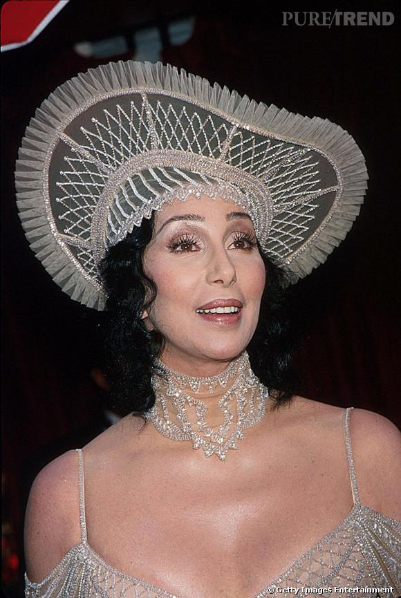 Strass de la tête aux pieds pour Cher lors des Oscars de 1998. De la pop star, on passe au look de belle-mère, manque d'inspiration ou juste de discernement ?