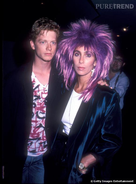 """En 1985, Cher amorce un tournant """"punk meets Kiss"""", rien d'étonnant lorsque l'on sait que la chanteuse fut la girlfriend début 80 de Gene Simmons, bassiste du groupe."""