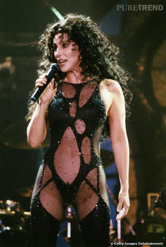 """Nostalgique de sa période """"sex slave"""", Cher ressort body en résilles et portes-jarretelle pour son """"Love Hurts Tour"""" de 1992."""