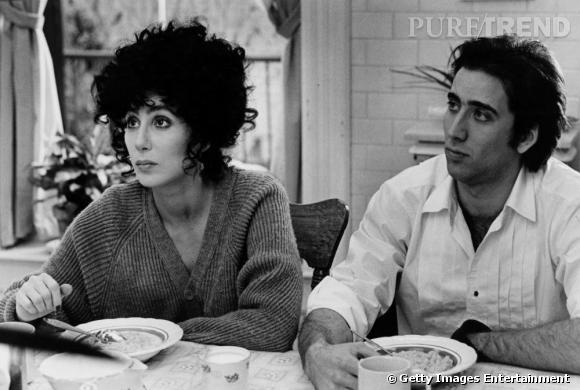 """Si l'on connaissait Cher chanteuse, en 87 elle connaît la consécration en tant qu'actrice. Son rôle dans """"Moonstruck"""", aux côtés de Nicolas Cage, lui vaut l'Oscar de la meilleure actrice ainsi qu'un Golden Globe."""