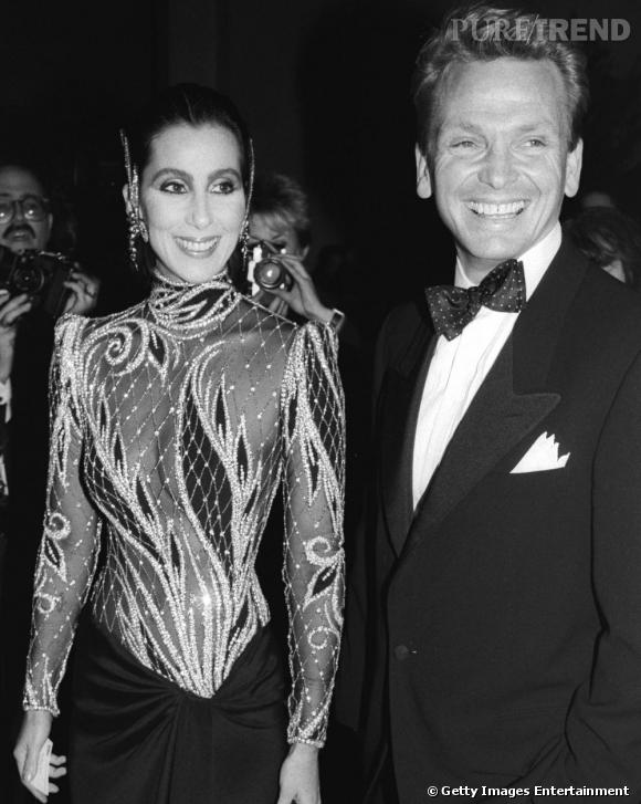Un peu délaissé au profit des panoplies rock, Bob Mackie fait pourtant son come-back en 1985. Paillettes et bodys transparents reviennent en force dans la garde-robe de Cher.