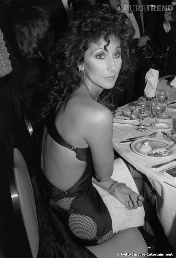"""Toujours aussi réchauffée, Cher s'affiche aux """"Tony Awards"""" de 1982 en robe plus que découpée et toy boy au bras..."""