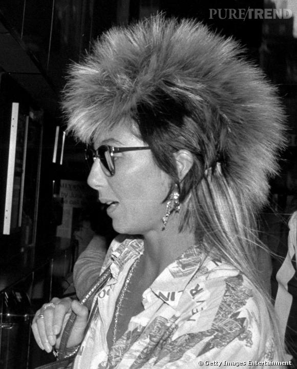 En 70, Cher affirmait ses origines cherokee à coup de franges et de plumes sexy. En 85, elle choisit l'iroquoise hirsute.