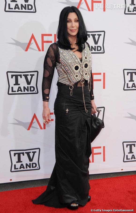 Avec ses faux-airs de Morticia Addams, Cher se proclamerait volontiers reine du gothique (pas si) chic.