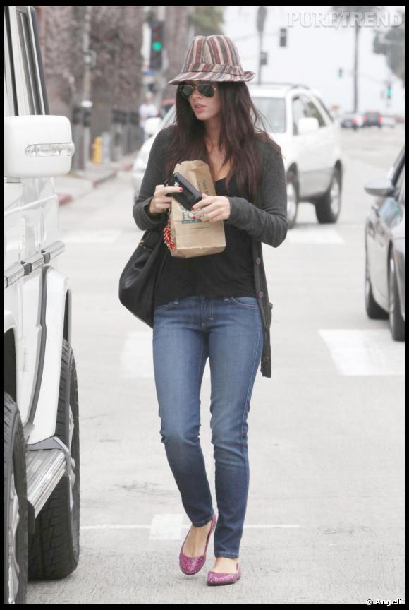 Le matin, Megan Fox est méconnaissble. Ballerines fuchsia, jean délavé et chapeau, elle opte pour le confort. On est loin des ses tenues très caliente du soir.