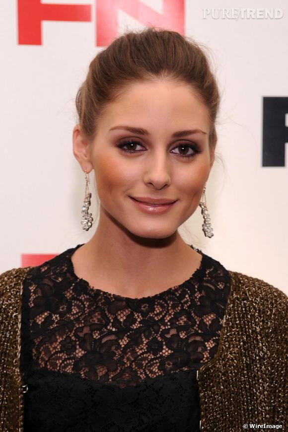 Pour rester en harmonie avec sa tenue, Olivia affiche un make-up bronze et les lèvres nude juste glossées.