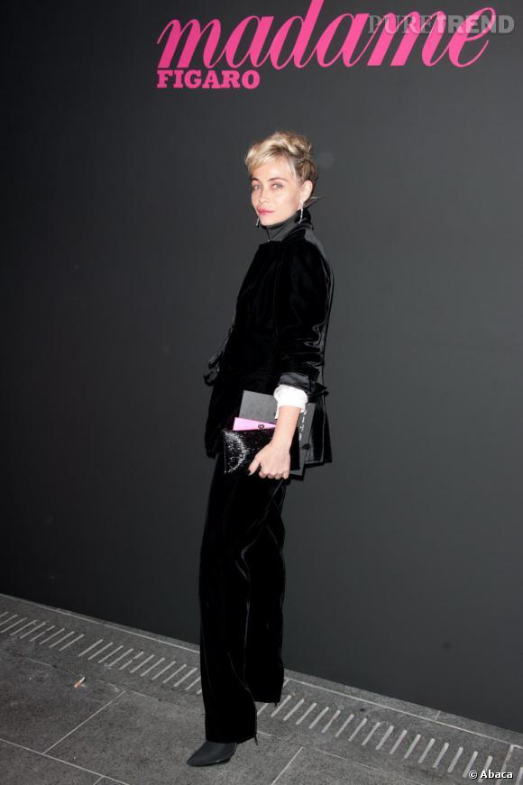 Ensemble en velours et talons vertigineux, Emmanuelle Béart mise sur une allure délicatement féminine et très élégante.