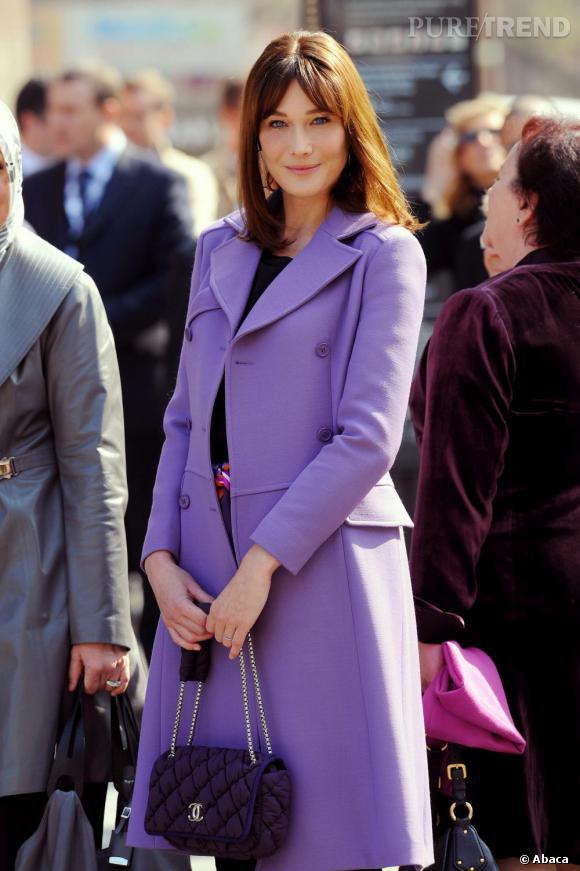 Manteau parme, sac Chanel violet. La bonne formule quand on est first lady.