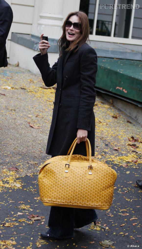Shopping bag de la maison parisienne Goyard, Carla Bruni reste fidèle au chic à la française.