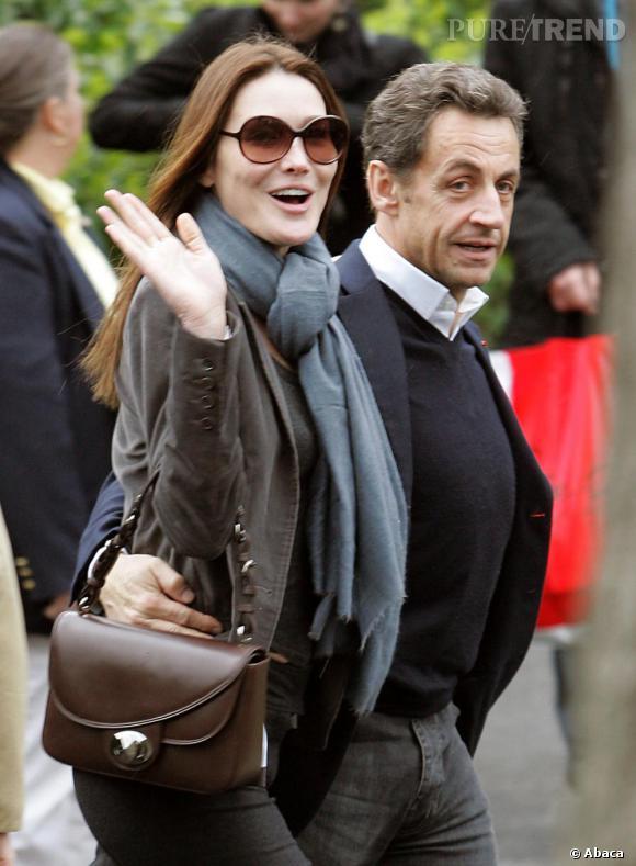 Au bras de son mari, Carla affiche une allure racée très urbaine, sac 3D marron glaçé de Dior.