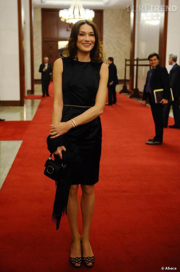 Le Carla la la by Roger Vivier, son sac fétiche. Toujours efficace avec une petite robe noire.