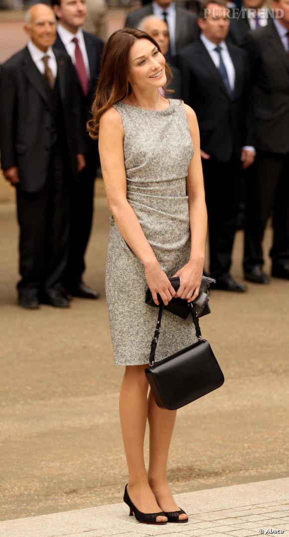 En noir, le 3D de Dior fonctionne aussi avec une robe grise et drapée.