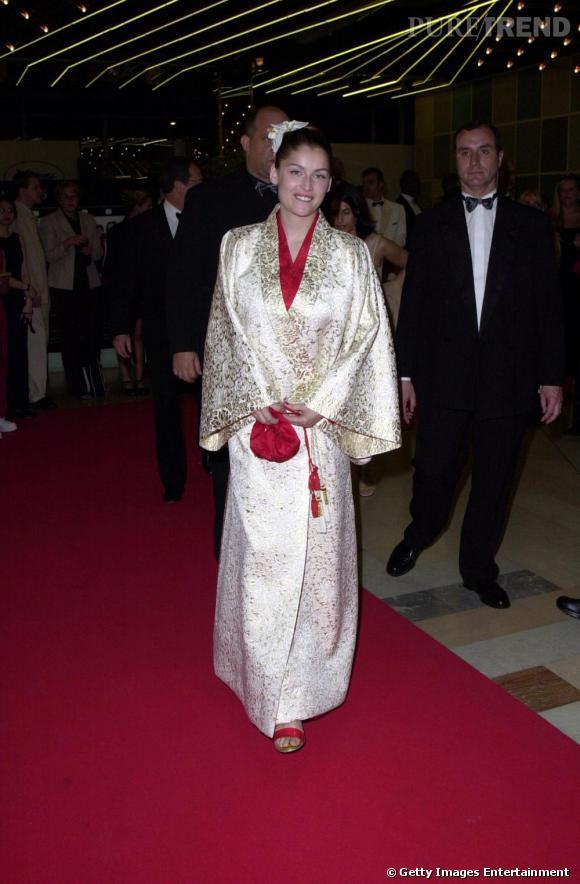 Kimono très traditionnel blanc et or, orchidée dans les cheveux, il ne manque plus que l'ombrelle japonaise à Laetitia Casta pour parfaire son look de geisha. Très premier degré, on aime ou pas.