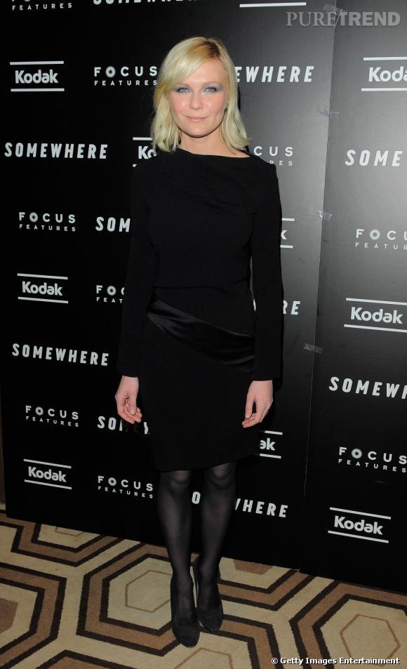 Classique ce soir-là, Kirsten Dunst parie sur une robe au genou, noire et délicatement drapée. La couleur sublime son blond lumineux.