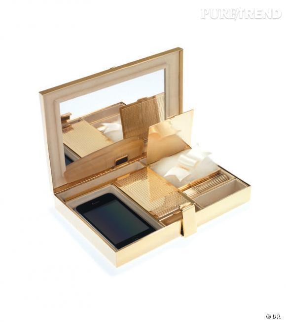Minaudière rectangulaire métal guilloché Or, intérieur daim beige Victoria & Yo, 950€.
