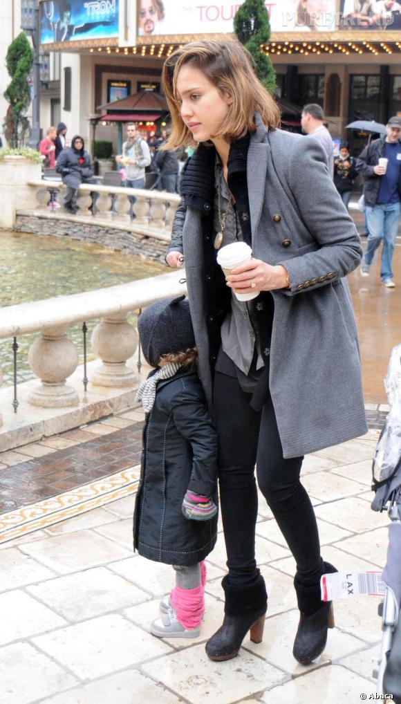 Jessica Alba dans les rues de Los Angeles avec sa fille. Malgré des cheveux en batailles en une mine fatiguée, elle reste belle.